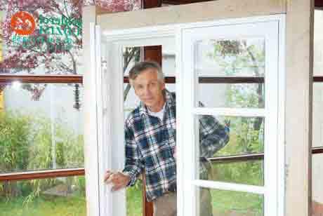 Dieses Fenster wurde vom Tischler Jaudzim komplett hergestellt. Beispiel eines Fensters aus Holz, das für ein denkmal geschütztes Haus gefertigt wurde.